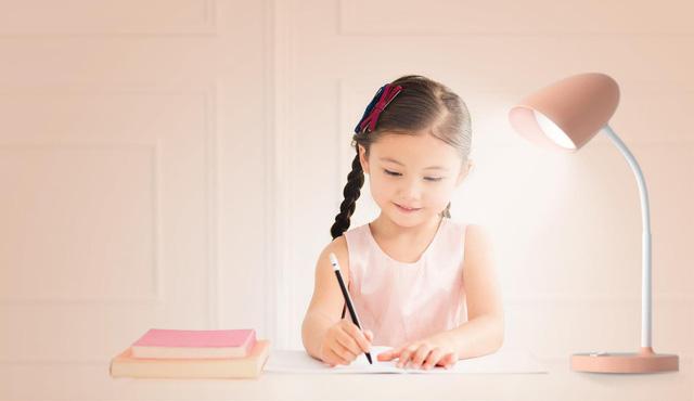 Sử dụng đèn bàn học sunlike cho con