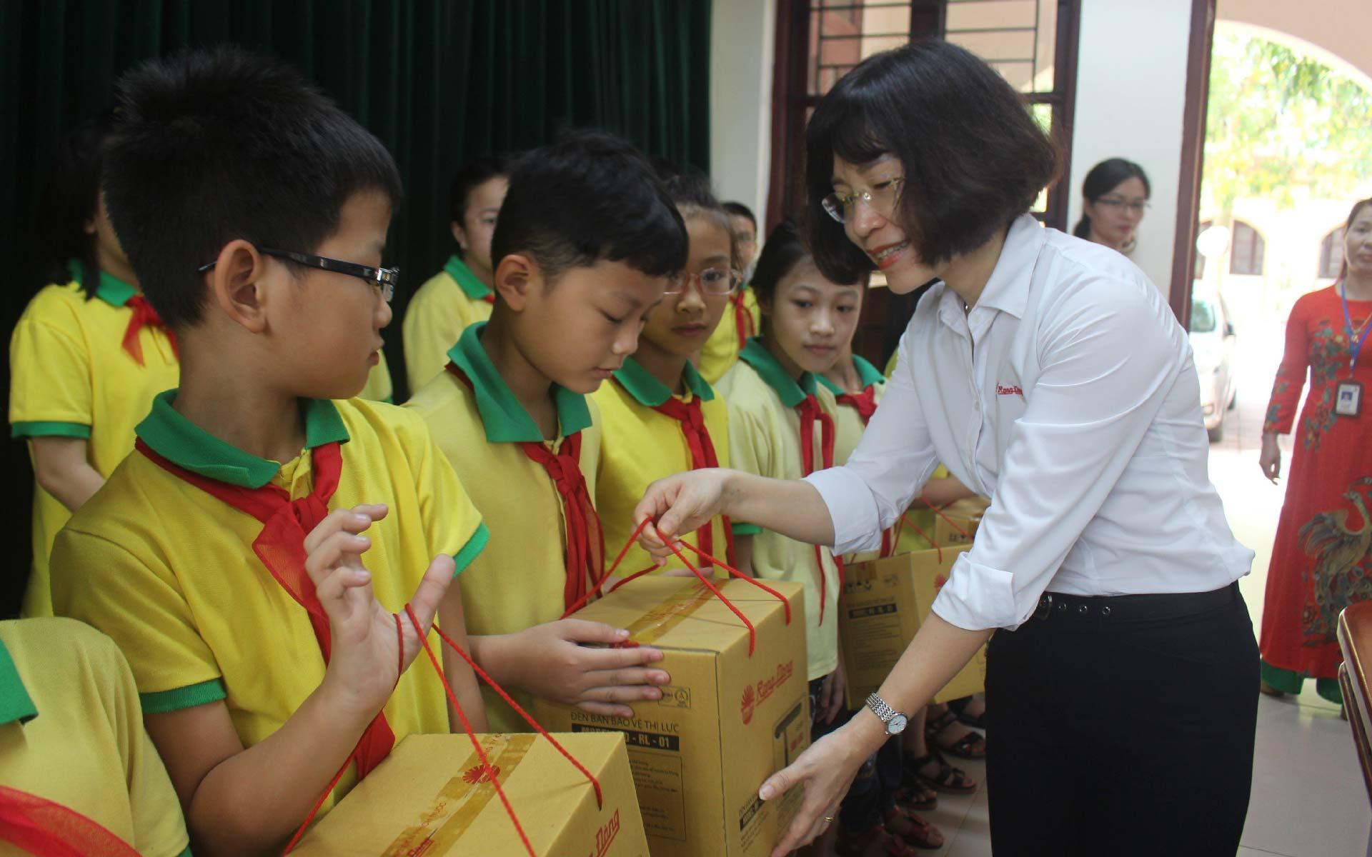 rạng đông trao tặng đèn bàn cho học trò nghèo