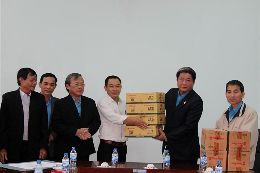 Trao 6.000 bóng đèn Rạng Đông cho CNVCLĐ, người dân vùng lũ Quảng Ngãi