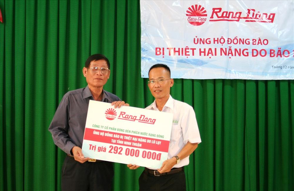 Trao tặng 9.000 bóng đèn tiết kiệm điện cho 3.000 hộ dân, CNLĐ khó khăn ở Ninh Thuận