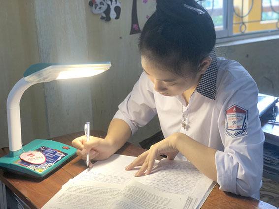 trao đèn bàn cho học sinh tỉnh bắc giang
