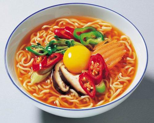 Mì ăn liền cho cơn thèm đêm khuya với ấm điện siêu tốc Rạng Đông