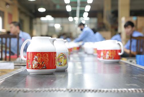 Phích đựng nước nóng của Rạng Đông được sản xuất như thế nào?